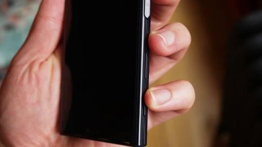 вид сбоку Sony Xperia X Compact
