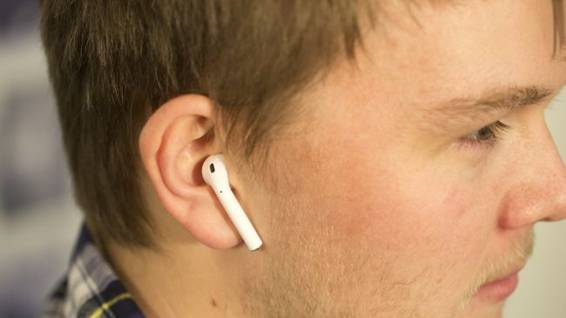 Apple AirPods в вид в ухе